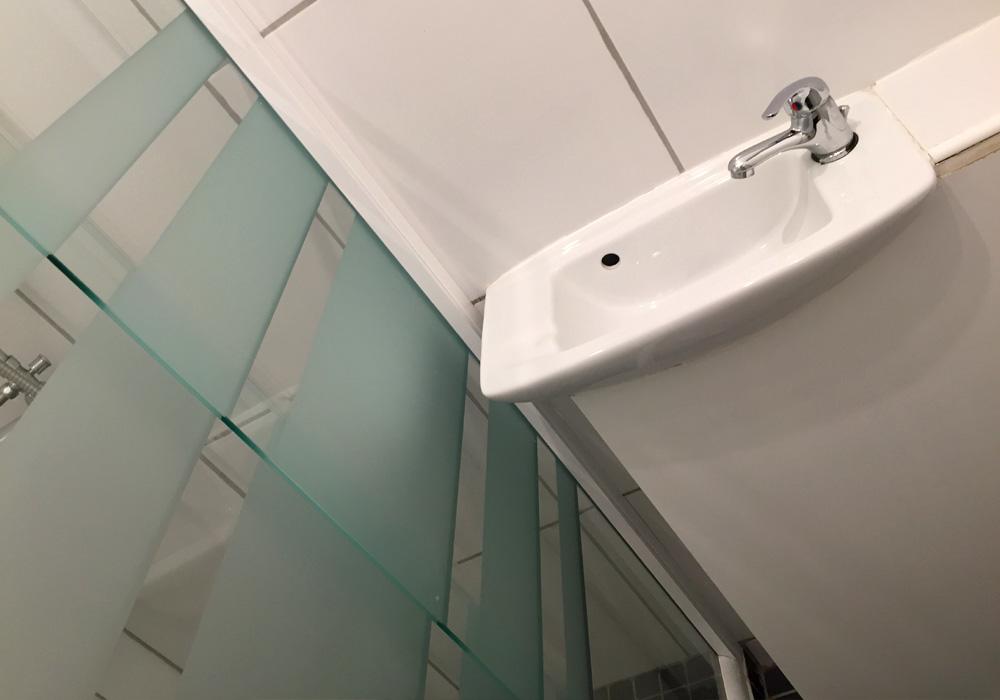 Le Cognac Gallery Image / modern bathroom and toilet facilities
