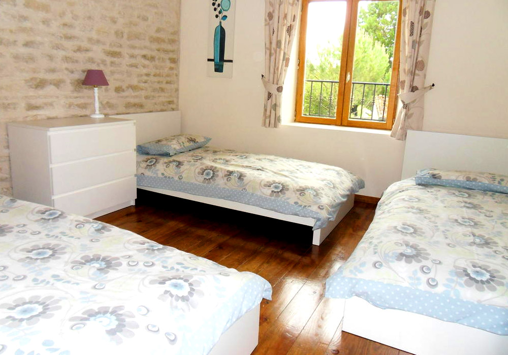 Le Pineau Gallery Image / Bedroom 2 showing 3 single beds