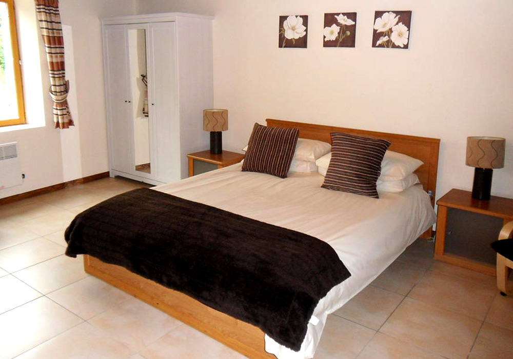 Le Pineau French Holiday Gite - Sleeps 5 / Image shows spacious main bedroom