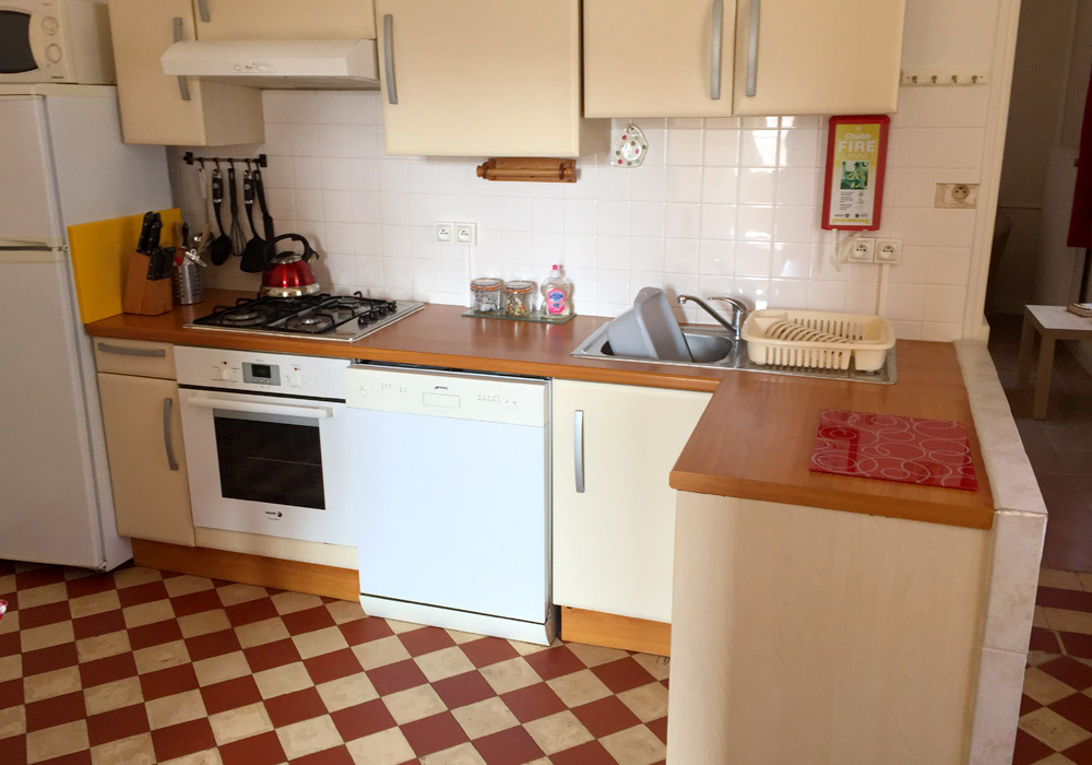 Le Tournesol Gallery Image / The kitchen has a full sized cooker, fridge/freezer, washing machine, dishwasher, microwave, toaster, kettle and crockery/cutlery